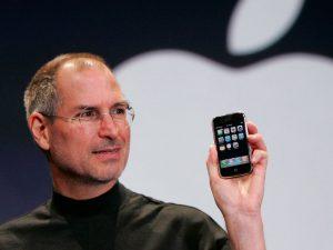 steve jobs com primeiro iphone